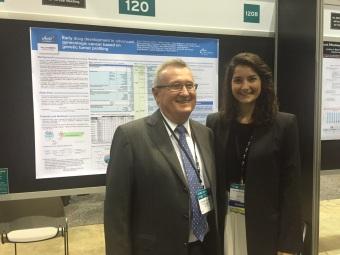 La Dra. Anna C. Garrido presentando su póster en el ASCO con su tutor