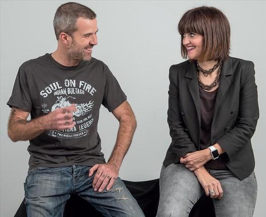 Pau Donés junto a su oncóloga la Dra. Élez. fotografía de Ferran Sendra